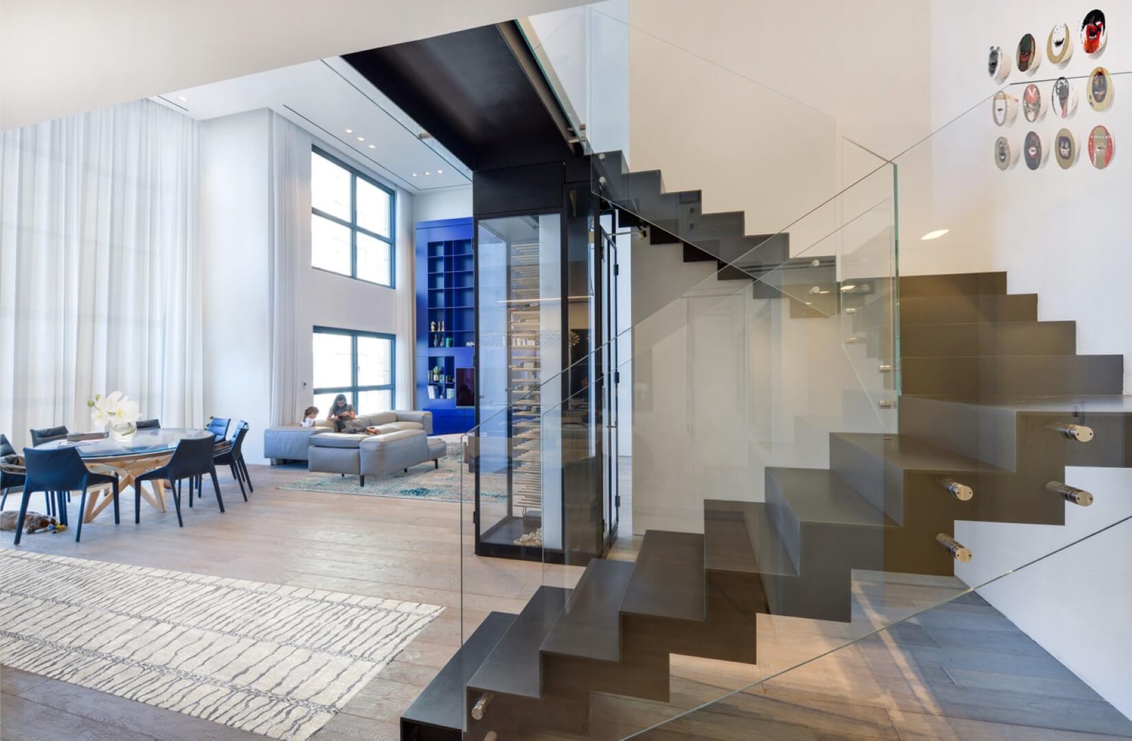 3 גרמי מדרגות ברזל עם מעקה זכוכית ומנטים בגווני ברזל