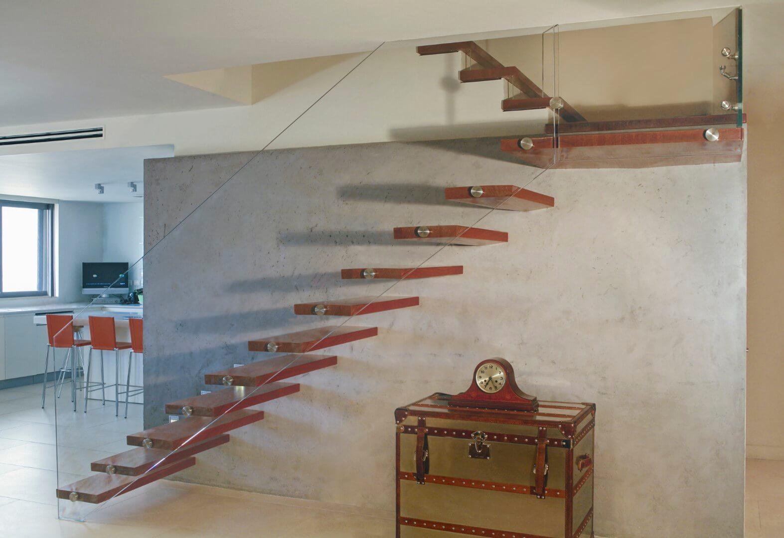 מדרגות מרחפות קונזוליות מעץ עם מעקה זכוכית