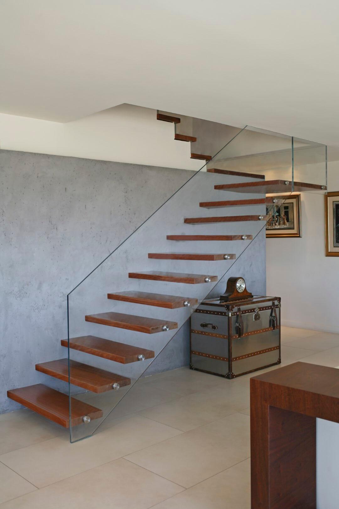 שני גרמי מדרגות עץ מרחפות קונזוליות