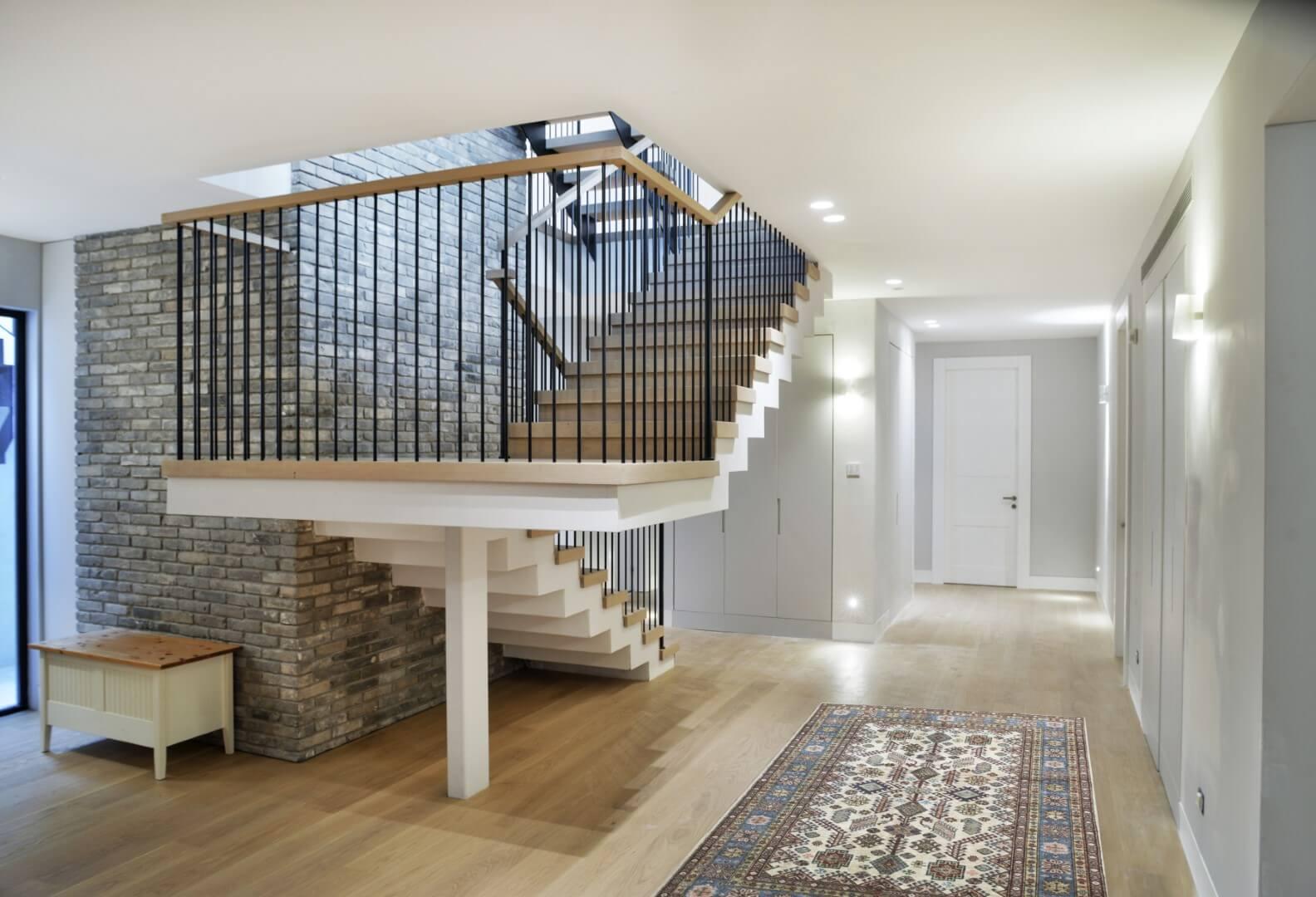 מדרגות קונסטרוקציית ברזל עם מעקה ברזל, מאחז יד מעץ ומדרכי עץ אלון אמריקאי מותאמים לפי הפרקט