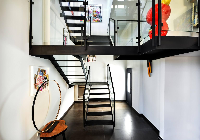 ארבעה גרמי מדרגות מברזל שחור עם מעקה ברזל וזכוכית מחברים ביו מפלסי הוילה