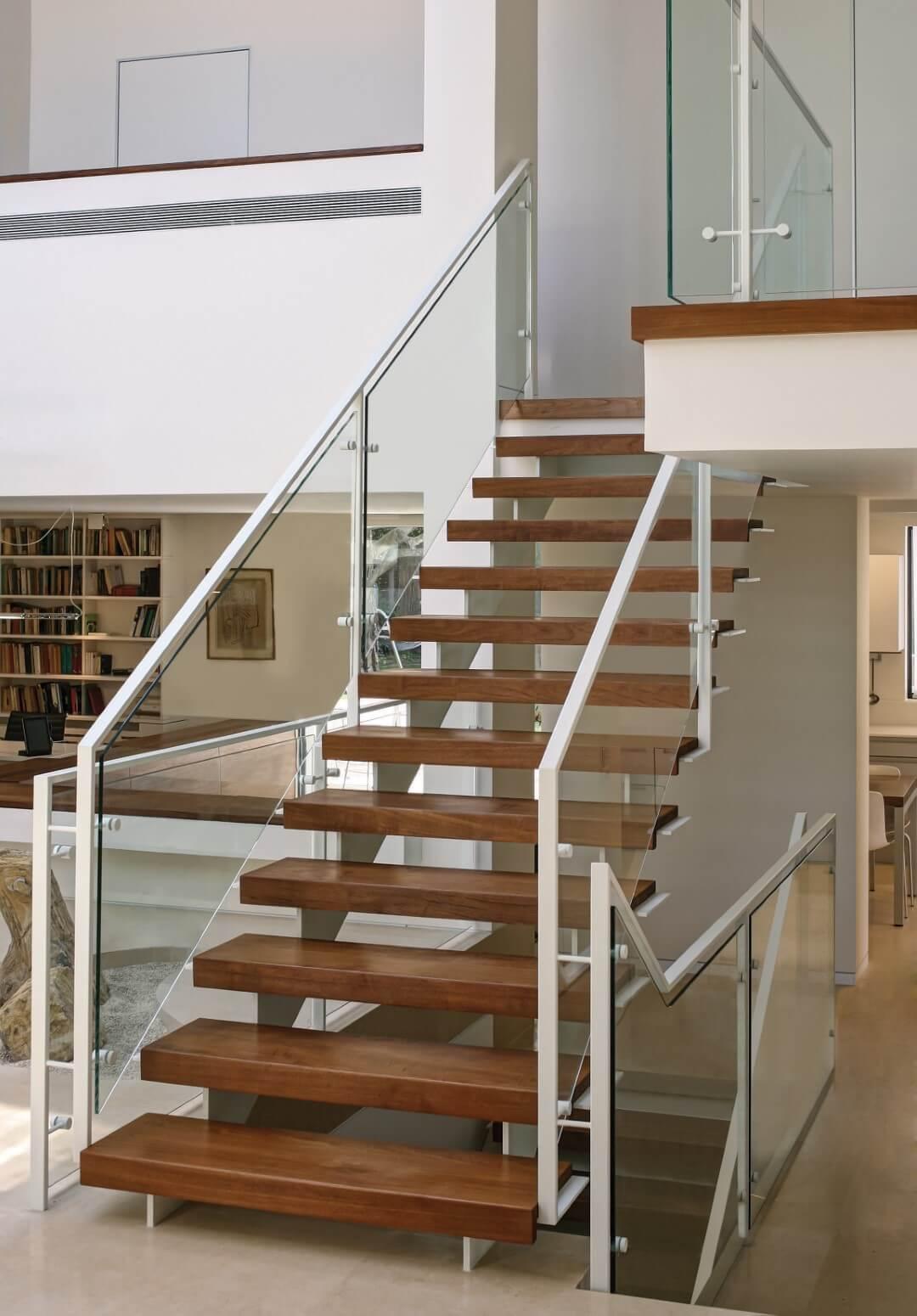 גרם מדרגות העץ עולה אל הקומה השניה