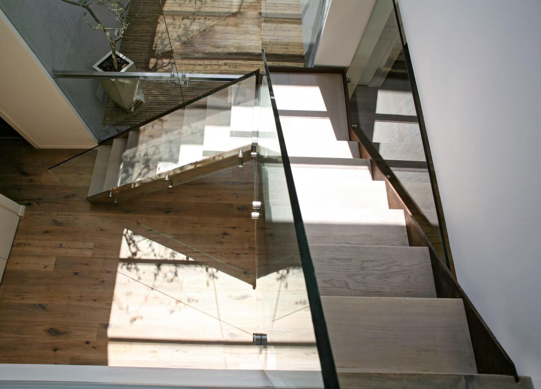 מבט על על שני גרמי מדרגות מרחפות מברזל, מקורטן ומעץ אלון אמריקאי מולבן