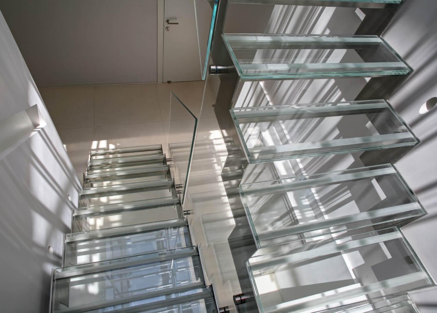 מדרגות זכוכית על קונסטרוקציות נירוסטה עם מעקה זכוכית אקסטרה קליר ומאחזי נירוסטה תלויים על הזכוכית