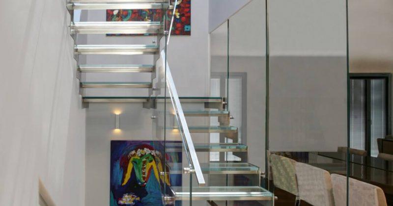 ארבעה גרמי מדרגות זכוכית ונירוסטה עולים בין מפלסי הפנטהאוס וחולפים ליד תמונת הכבשה של קדישמן