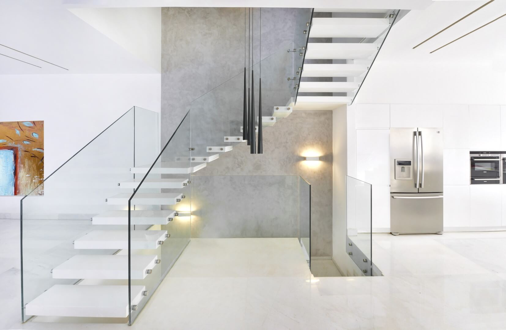 3 גרמי מדרגות מרחפות עם מדרכים מקוריאן לבן עם מעקה זכוכית קליר