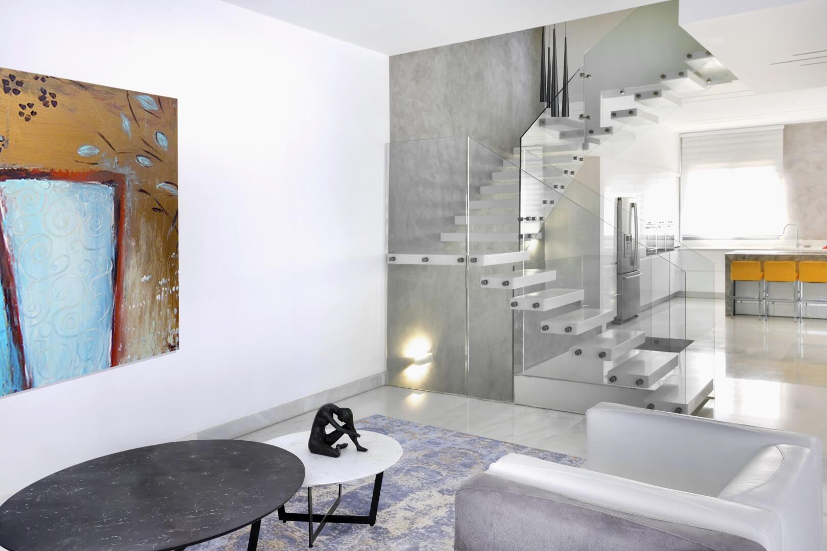 מבט צד על 3 גרמי מדרגות מרחפות מקוריאן לבן על רקע קיר בגוון אפור בסלון