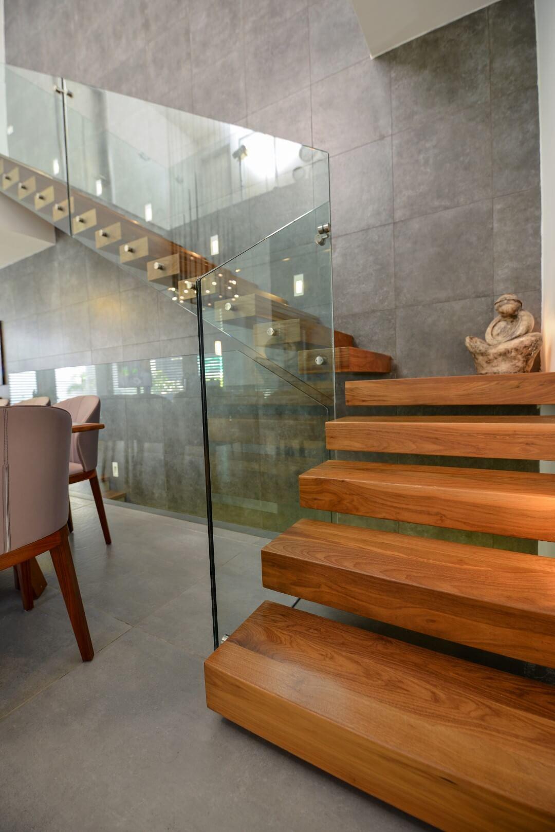 מדרגות עץ עם מדרכי עץ אגוז בגוונים מדבריים נועזים בשילוב של פריחת התפוח ושיזוף הוואי