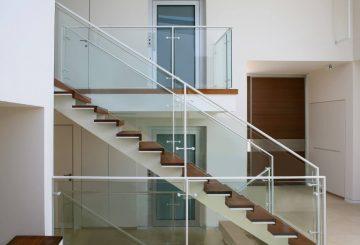 מדרגות קונסטרוקציות ברזל לבן עם מדרכי ברזל ועץ עץ טיק בשילוב של זכוכית שקופה ומאחז יד מברזל