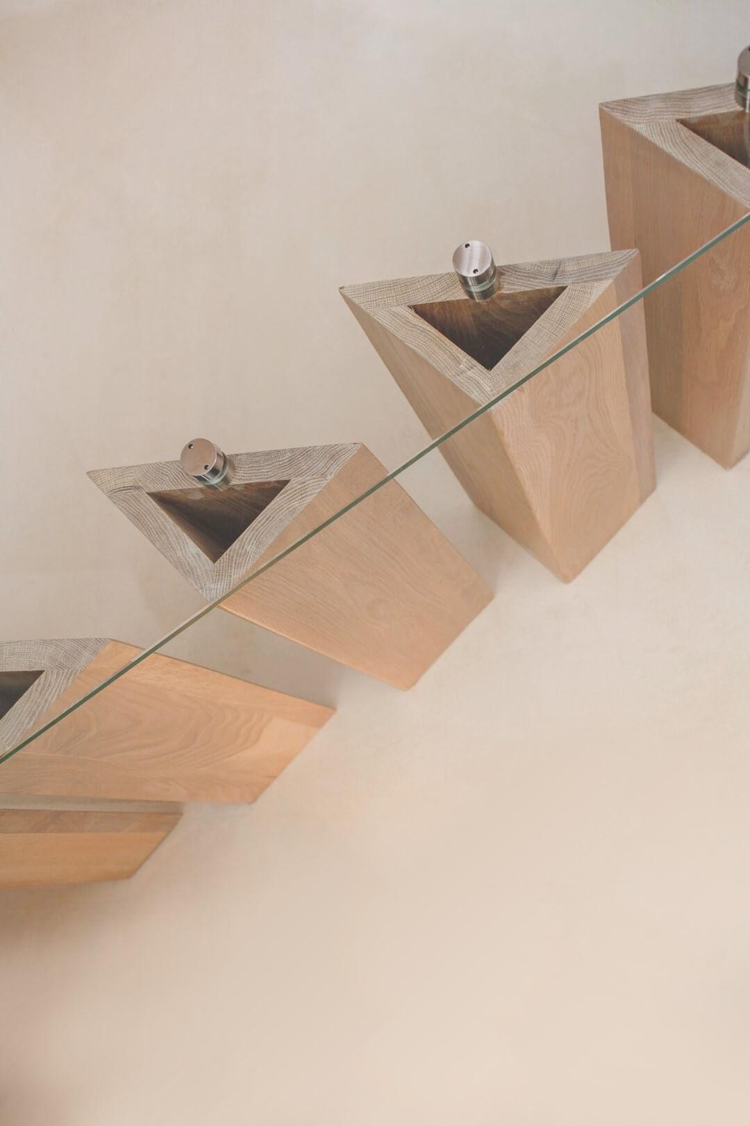 מדרכי עץ אלון משולשים כאילו מרחפים באוויר ויחד בונים את מדרגות העץ הצפות האלה