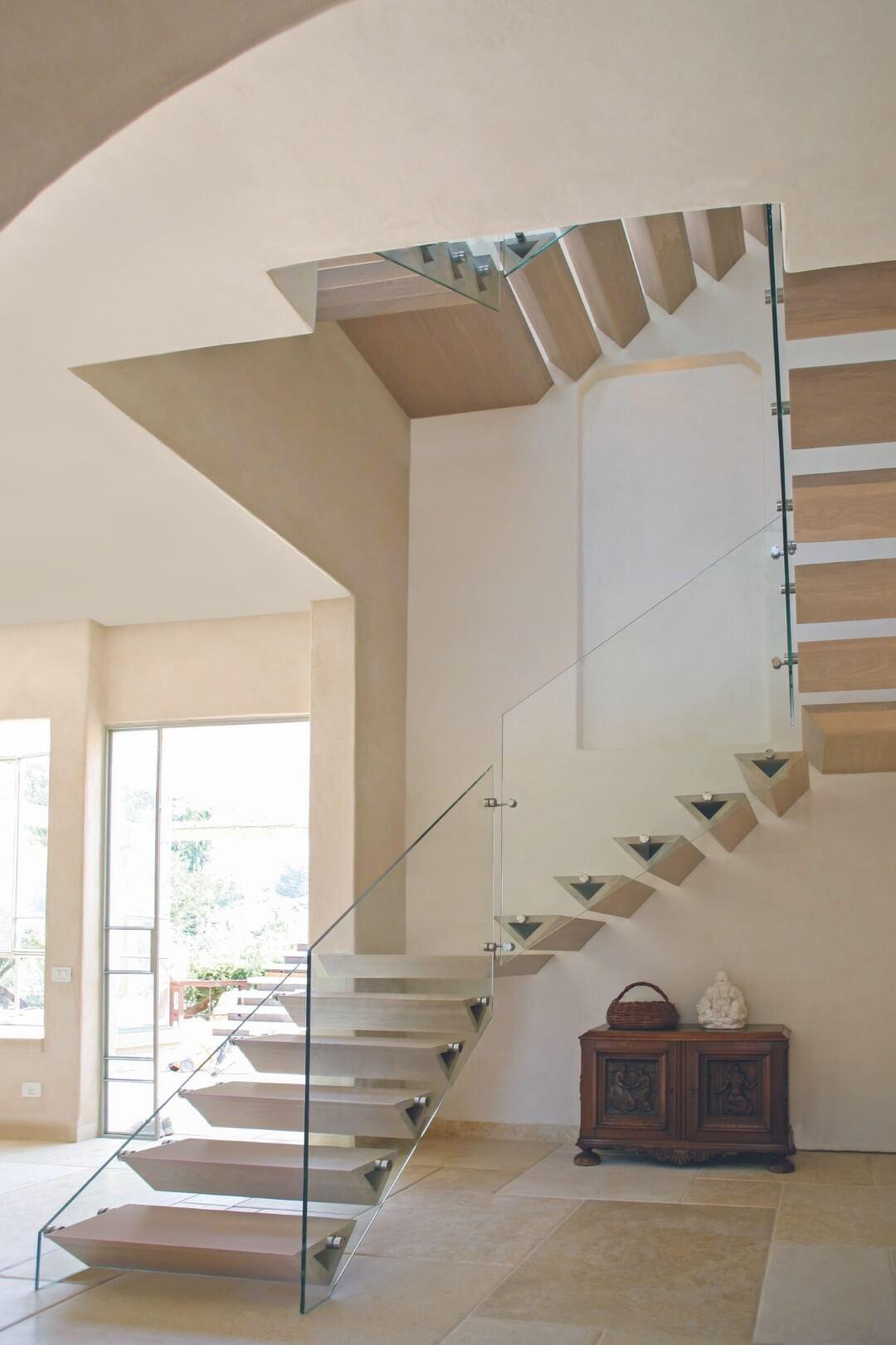 ארבעה גרמי מדרגות עץ אלון בהיר בליווי מעקה זכוכית שקופה