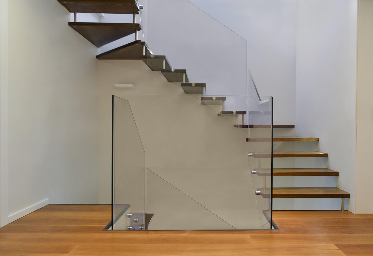 שלושה גרמי מדרגות תלויות מעץ עם מעקה זכוכית