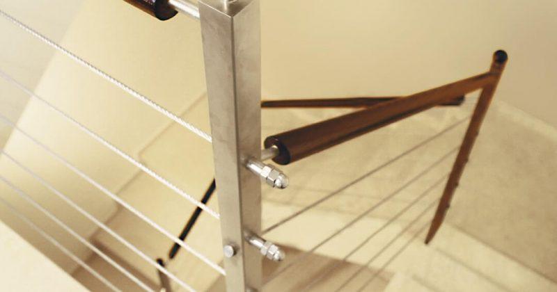 מדרגות מעקה כבלי נירוסטה עם עמודי נירוסטה וידית מעץ