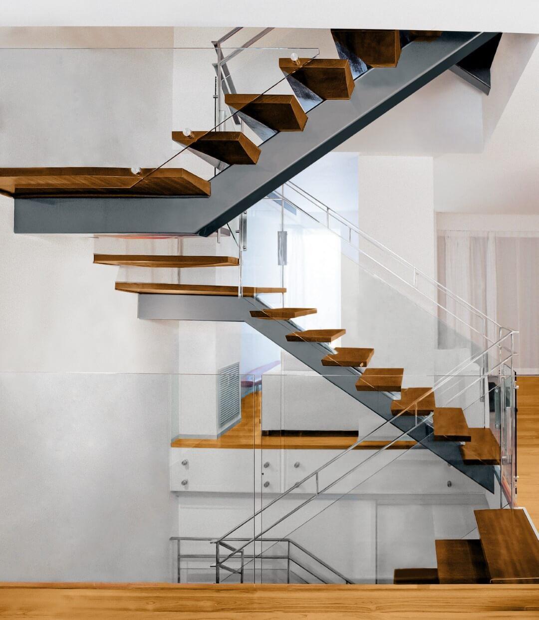 ארבעה גרמי מדרגות טרפזיות תלויות מברזל ועץ בחיתוך ועבודת יד עם מעקה נירוסטה וזכוכית