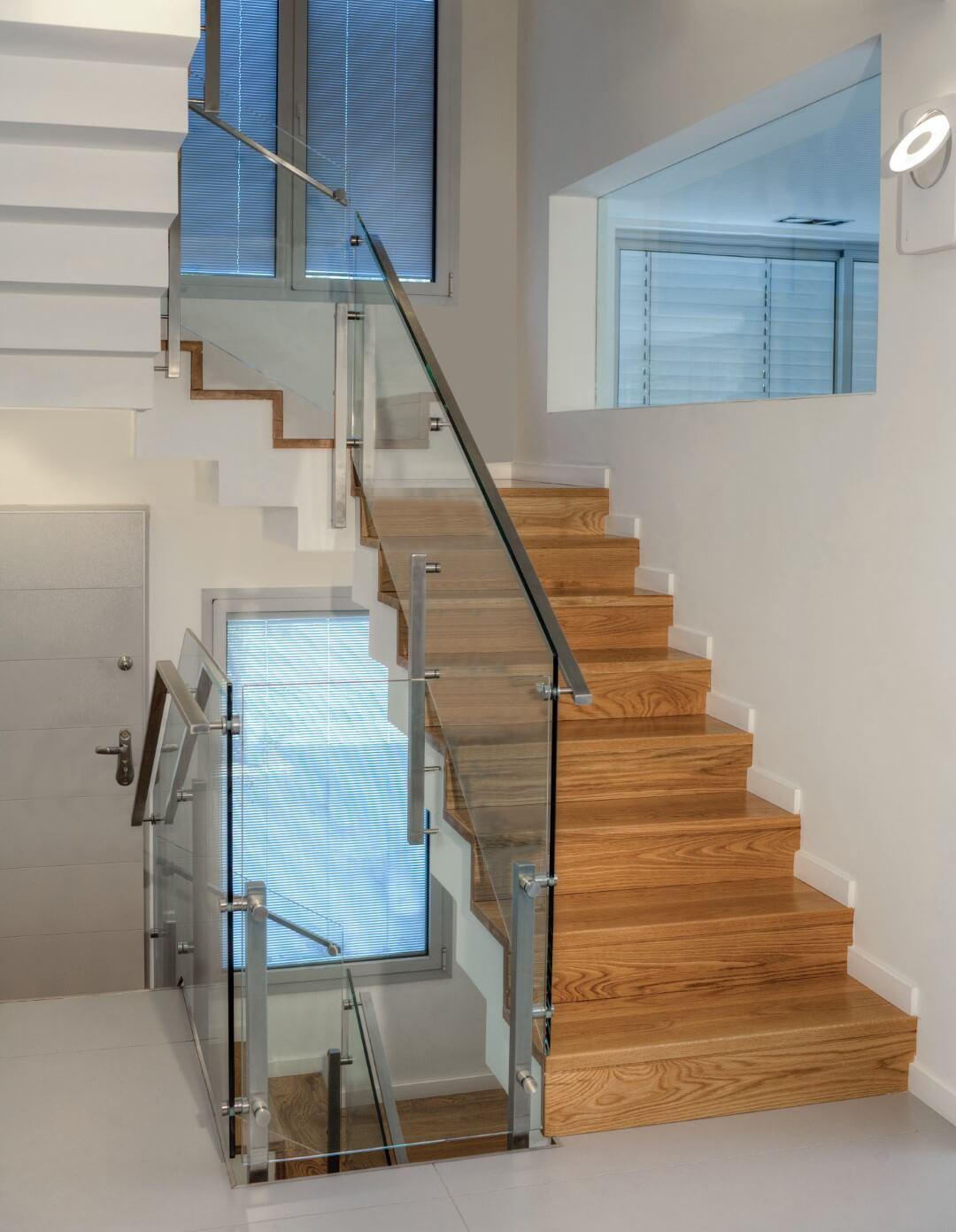 ארבעה גרמי מדרגות עץ אלון בליווי מעקה זכוכית ונירסוטה