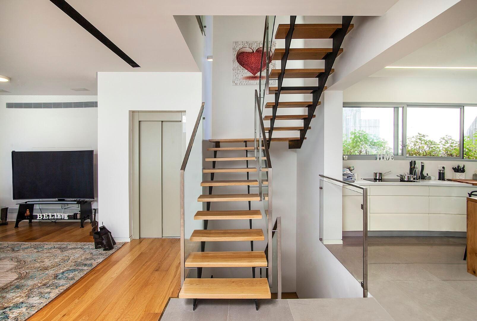 שלושה גרמי מדרגות ברזל שחור עם מדרגות עץ אלון אמריקאי ומעקה זכוכית