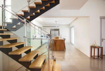 שני גרמי מדרגות ברזל שחור עם מדרגות עץ אלון אמריקאי ומעקה זכוכית