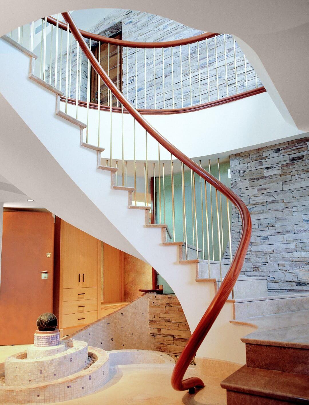 מעקה עץ ספירלי שמלווה מדרגות לולייניות מקוריאן