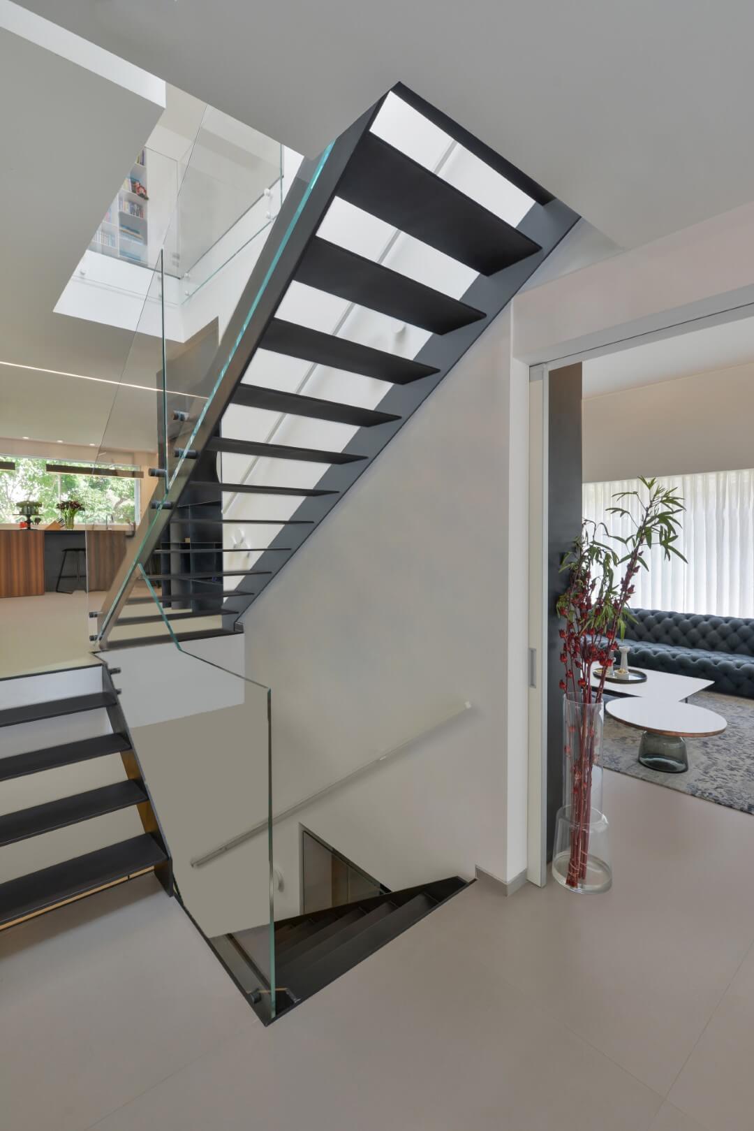 שלושה גרמי מדרגות ברזל שחור עם מעקה זכוכית