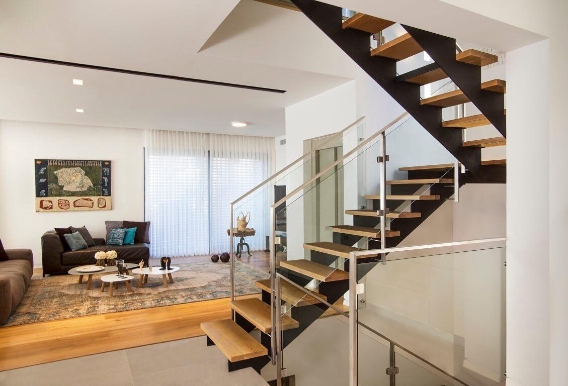 מבט על הסלון מבעד לשני גרמי המדרגות