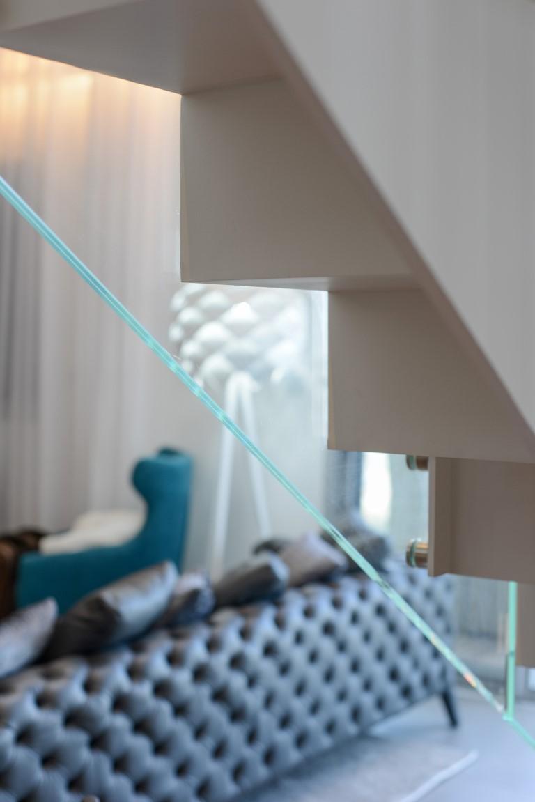 תקריב אחורי מדרך מדרגות הברזל ומעקה הזכוכית