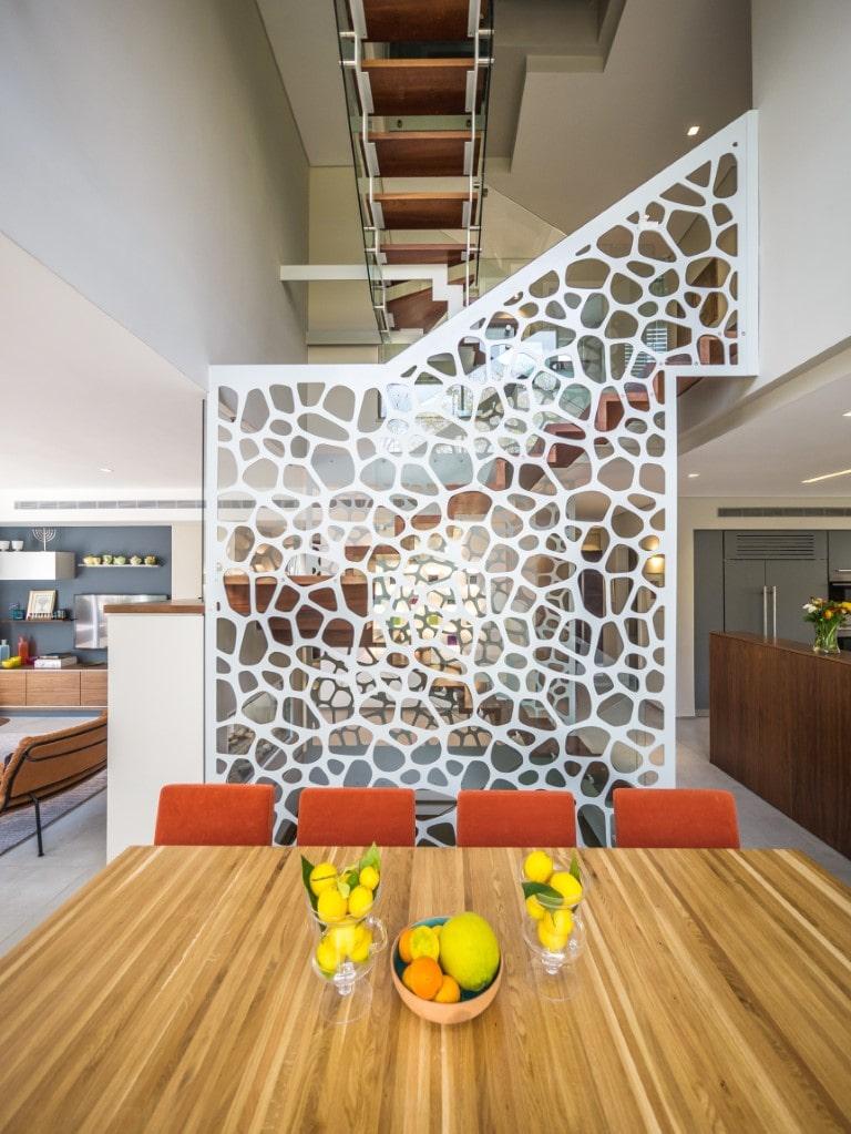 שלושה גרמי מדרגות עץ צפות עם מעקה זכוכית מבעד למחיצה הלבנה