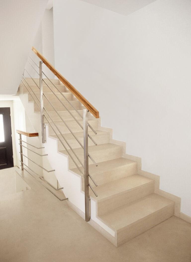גרם מדרגות עולה בליווי של מעקה נירוסטה ועץ