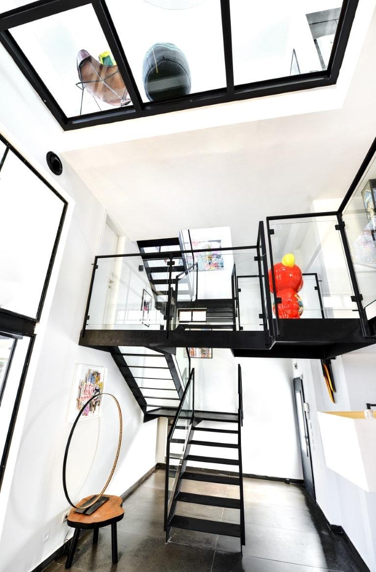 ארבעה גמרי מדרגות ברזל שחור מחברות בין שלושה מפלסים