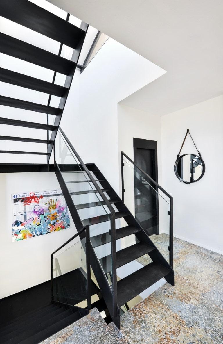שלושה גמרי מדרגות ברזל עם מעקה זכוכית ומאחז יד מברזל