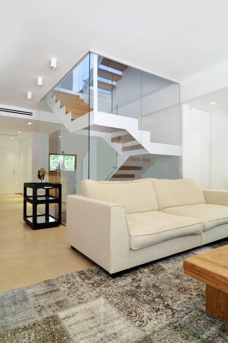 ספת הסלון על רקע פיר המדרגות