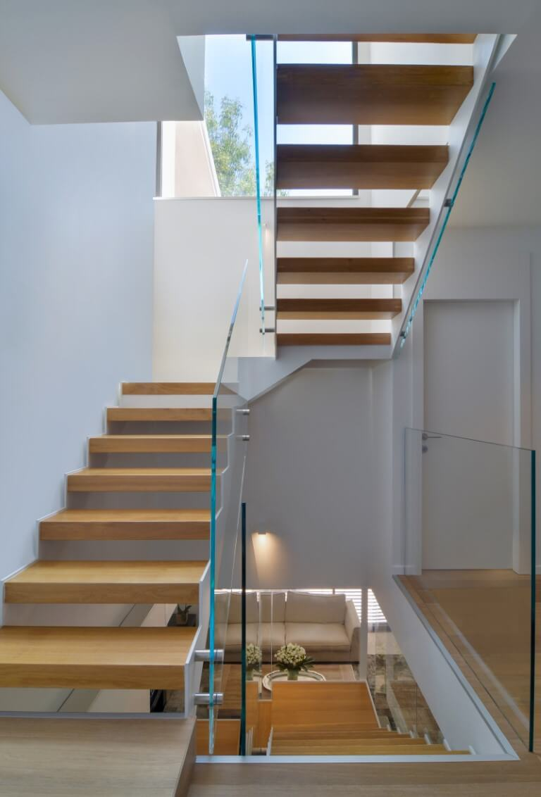 שלושה גרמי מדרגות עץ יוצרים צומת דרכים בין שלושה מפלסים שונים