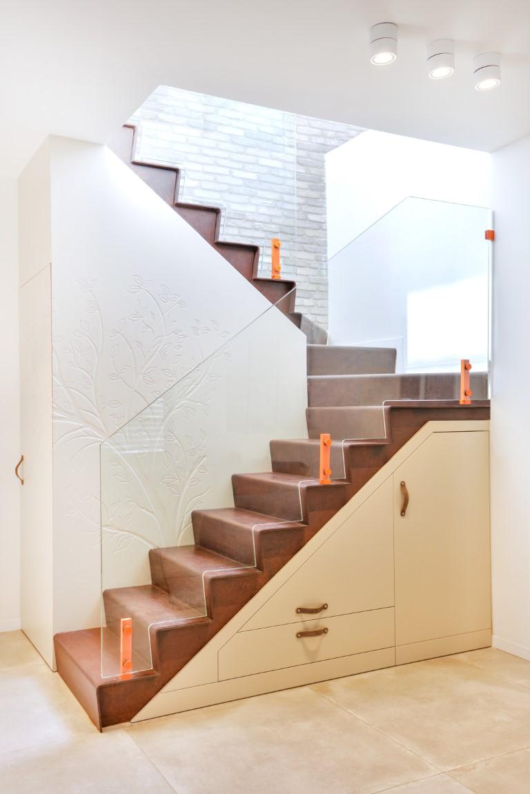 מבט צד על מדרגות ברזל בגמר חלוד עם מעקה זכוכית