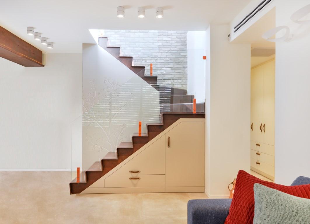 מבט צד על שני גרמי מדרגות ברזל עם מעקה זכוכית