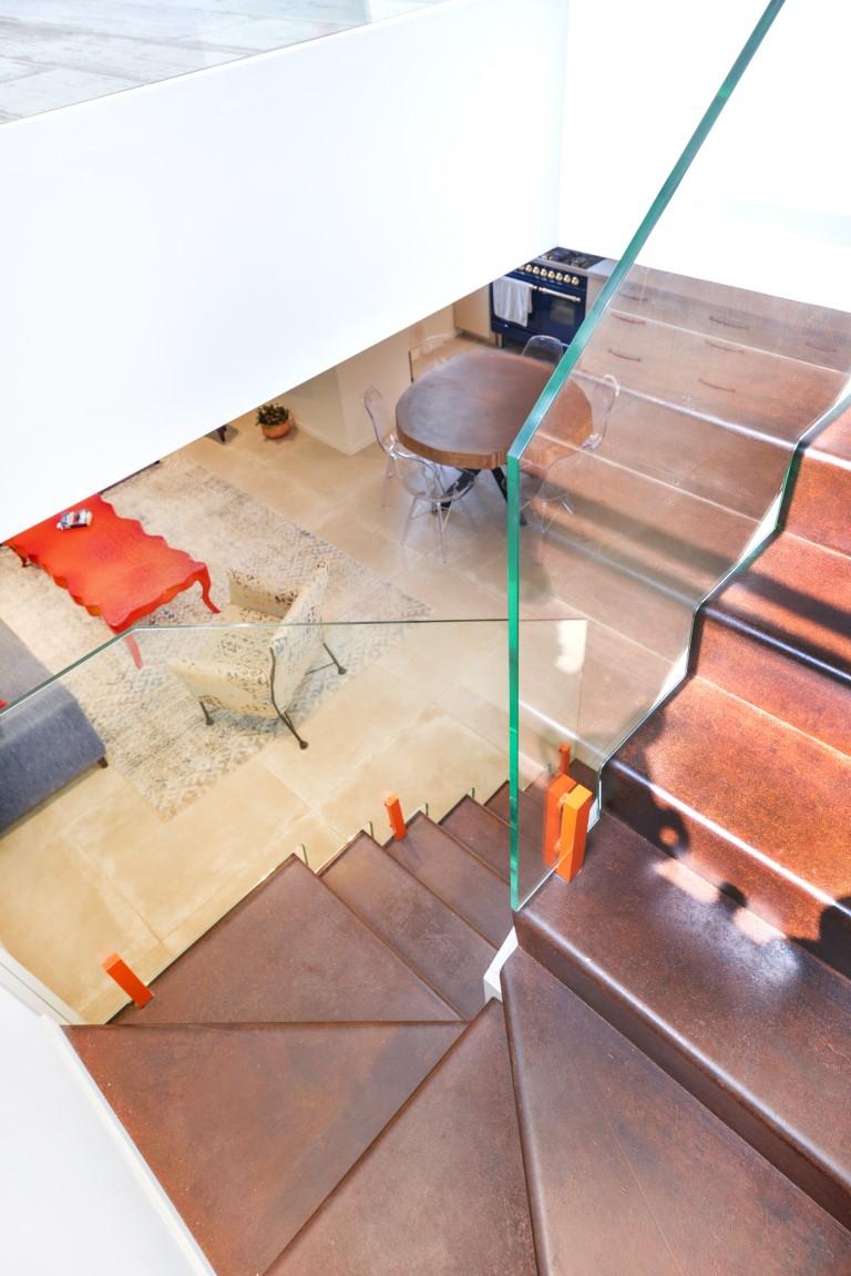 מבט מגרם מדרגות הברזל האמצעי למטה לכיוון הסלון