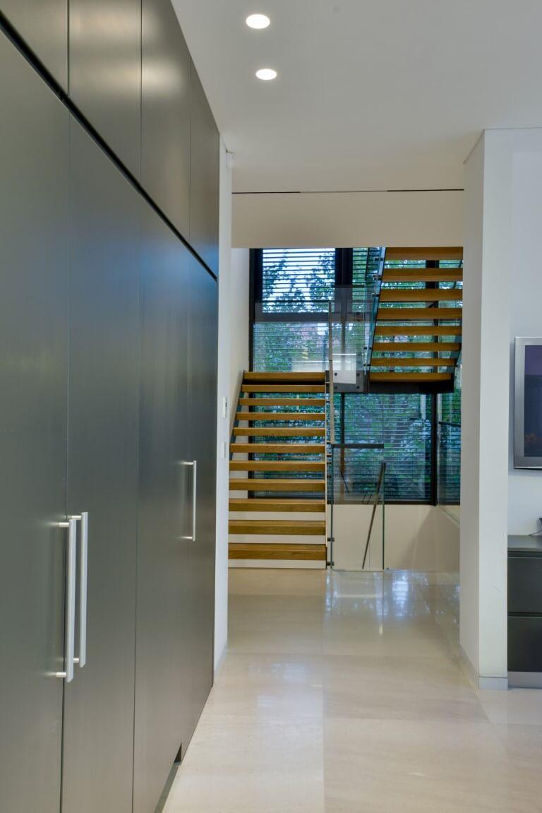 מבט פנים לאורך הקיר אל עבר שני גרמי המדרגות