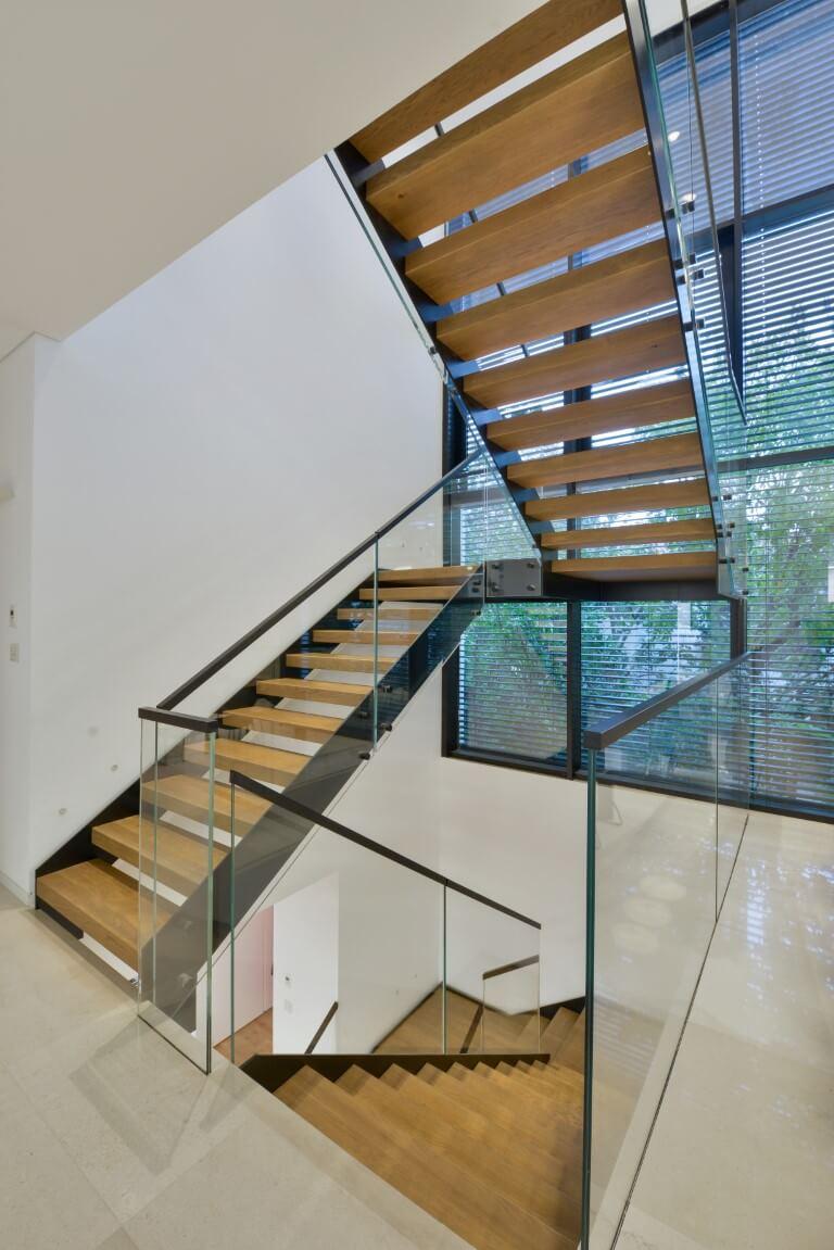 שלושת גרמי המדרגות מול החלון העצום בוילה