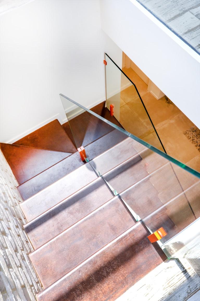 מבט על על שני גרמי מדרגות ברזל עם מעקה זכוכית