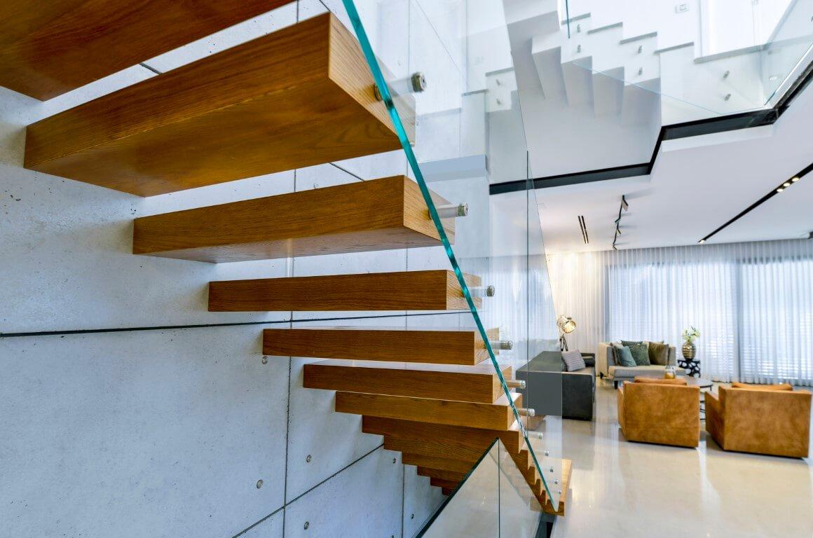הצד האחורי של גרם המדרגות המרחפות מעץ