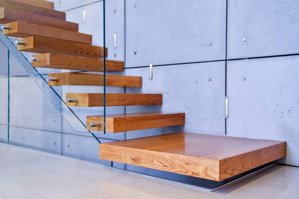 פוקוס על המדרגה הראשונה הגדולה ושמונת המדרגות העוקובת שעולות למעלה לאורך קיר הבטון