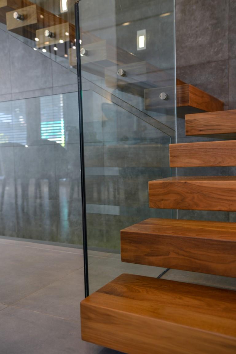 מבט דרך מעקה הזכוכית על הקיר התעשייתי הכהה