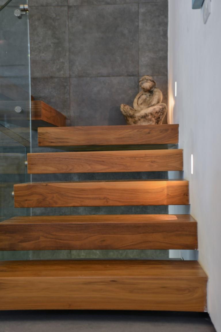פסל בקצה גרם מדרגות העץ