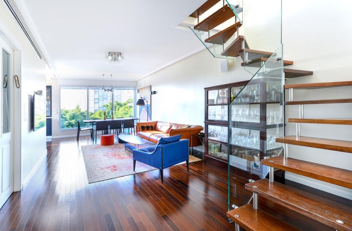 מבט אל הסלון ממדרגות העץ הצפות