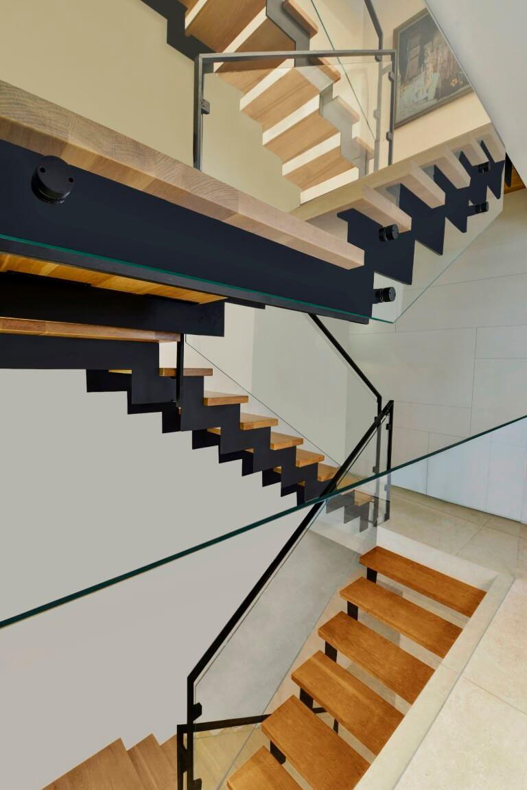 ארבעה גרמי מדרגות ברזל ועץ מתפתלים ועולים בין המפלסים השונים