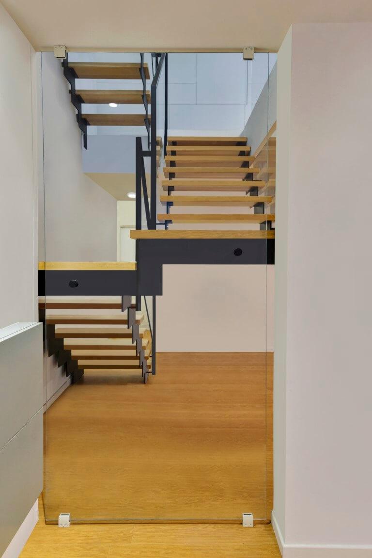 שלושה גרמי מדרגות עץ אלון אמריקאי על קונסטרוקצית ברזל שחור עם מעקה זכוכית ומאחז יד מברזל