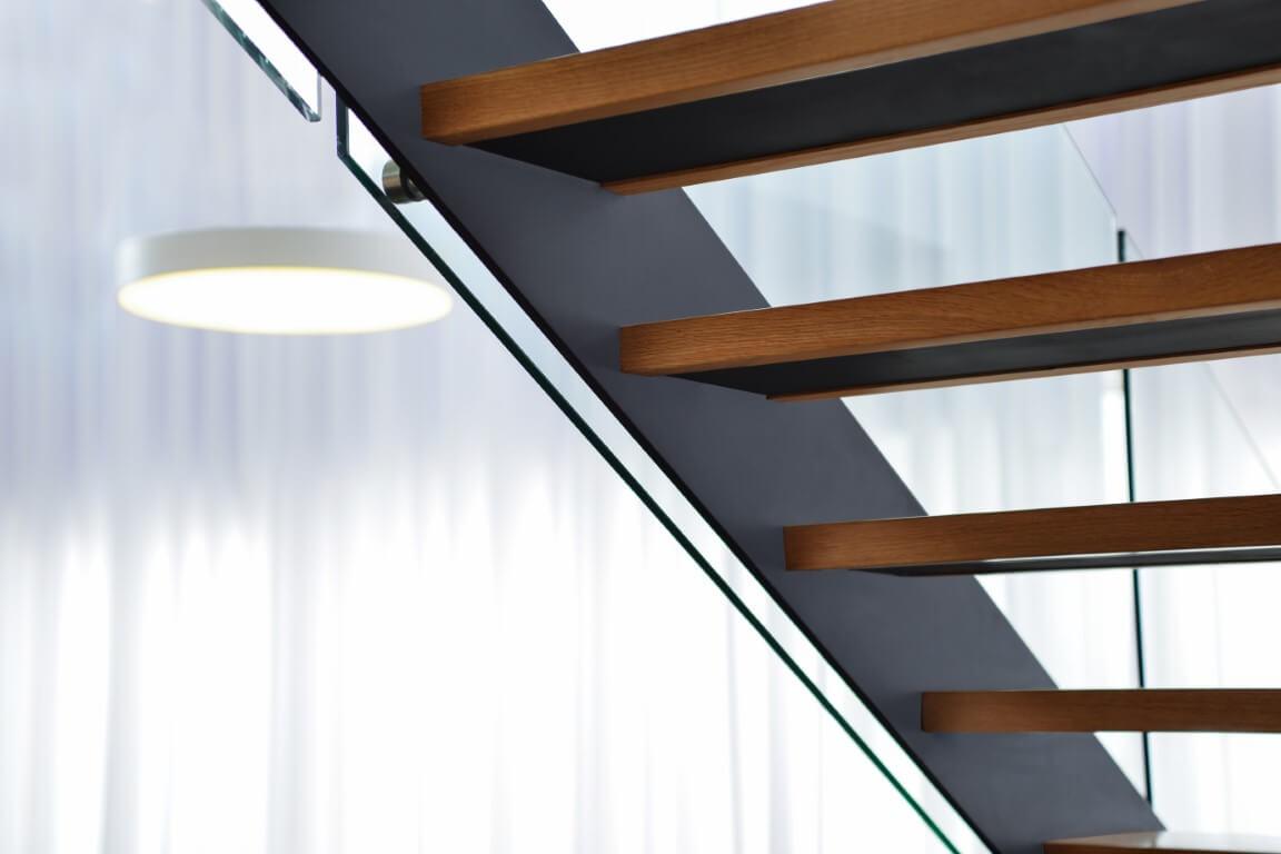 מבט אחורי של חמישה מדרכי עץ אלון בתוך קונסטרוקצית ברזל שחור