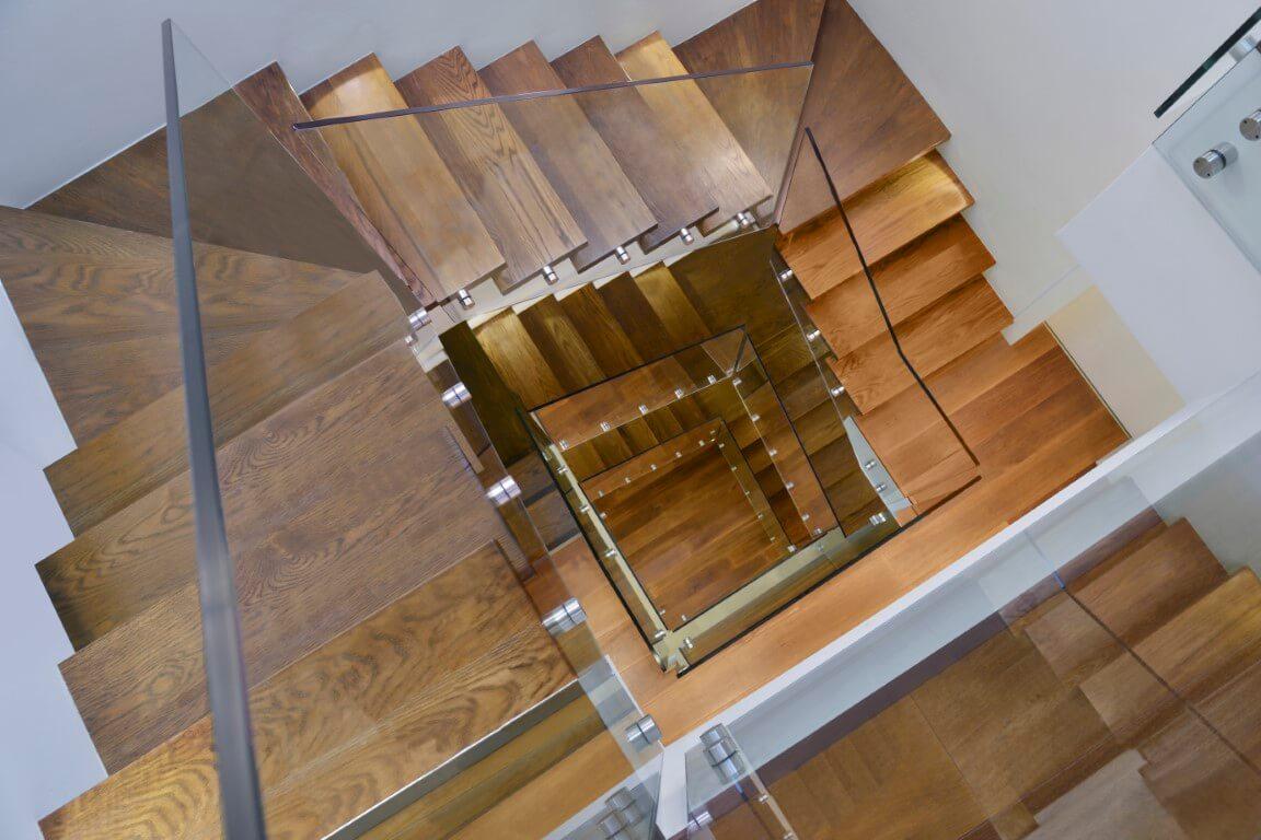 מדרגות עץ טבעי עם מעקה זכוכית שקוף