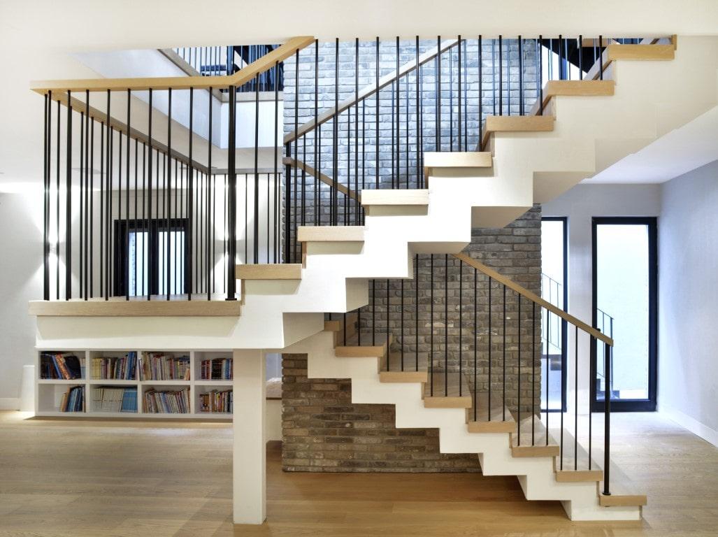 שני גרמי מדרגות עץ וברזל בקומת המרתף