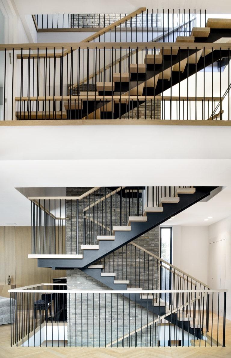תצריף תמונות של גרמי מדרגות ברזל ועץ המחברים שתי קומות