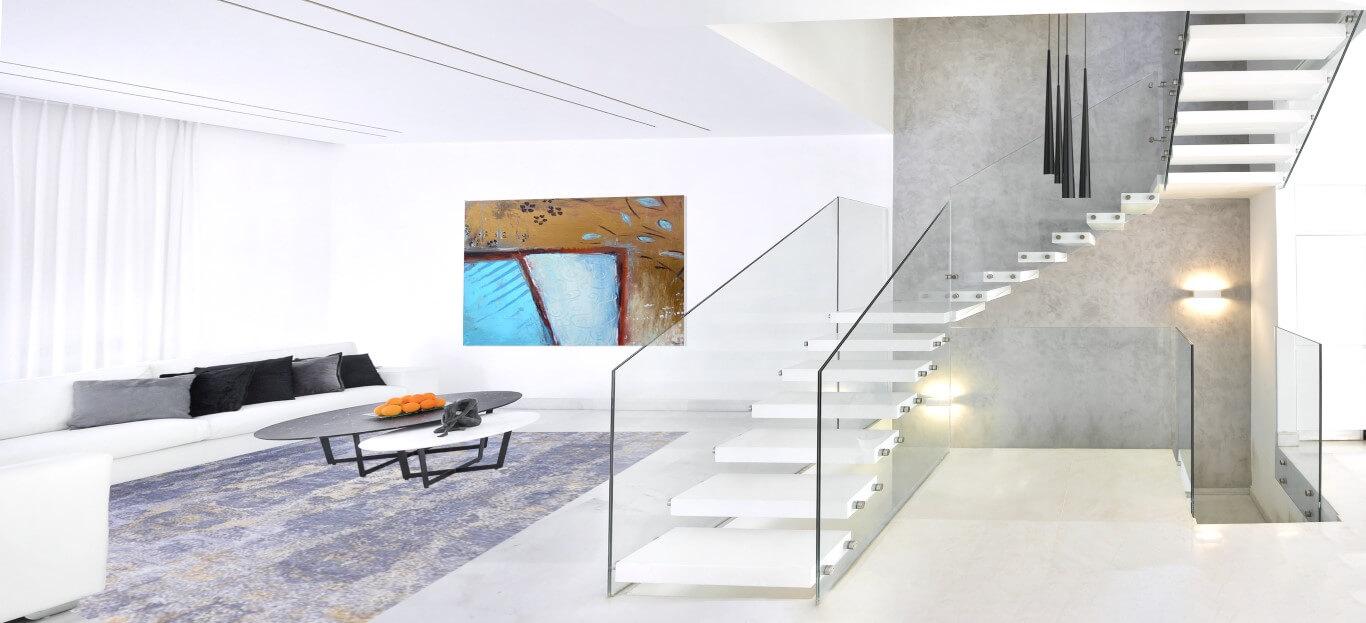 3 גרמי מדרגות קוריאן עם מעקה זכוכית עולים מהסלון אל הקומה השניה של הוילה
