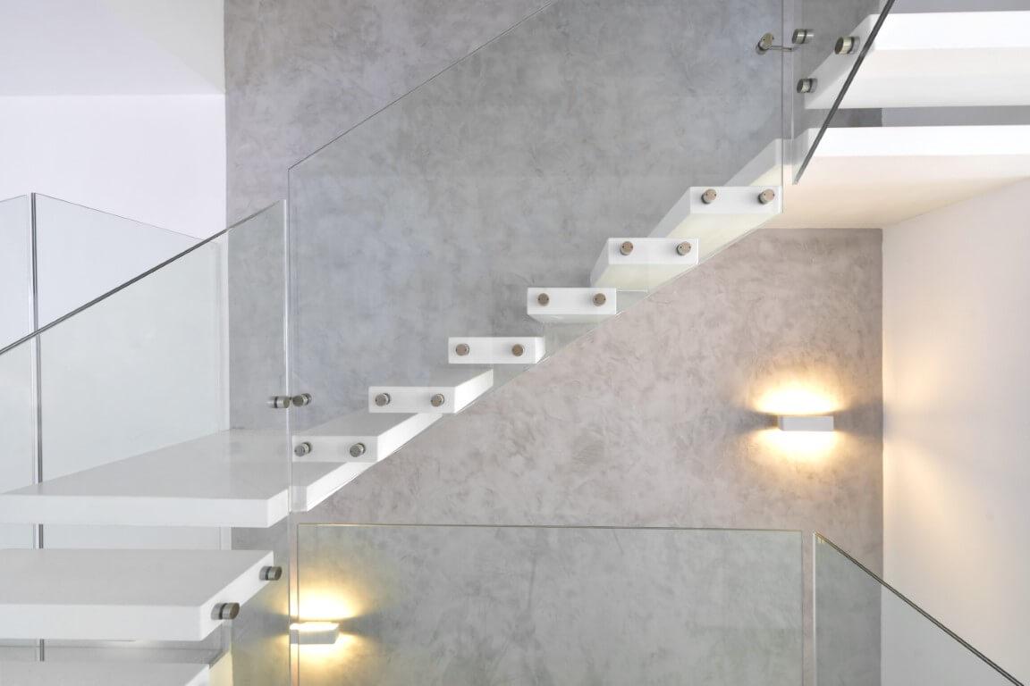 תקריב אל גרם מדרגות קוריאן צפות שעולות לאורך הקיר ופונות אל הגרם הבא